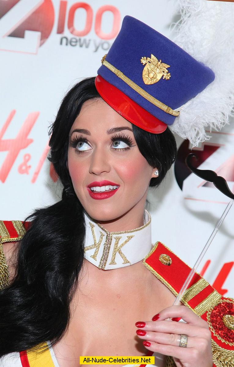Katy Perry shows legs and cleavage on the stage